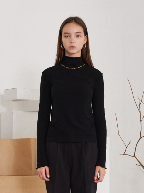 CONTRAST RUFFLED TRIMMING EDGE TURTLENECK T-SHIRT (BLACK)