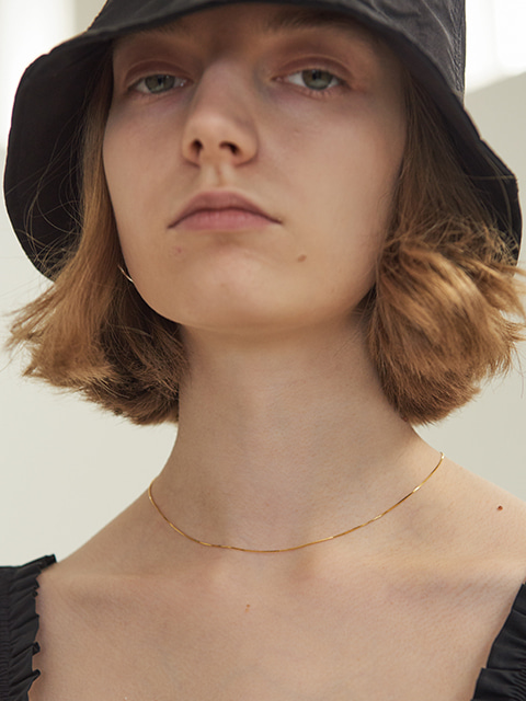 THIN FLAT CHAIN NECKLACE (GOLD)