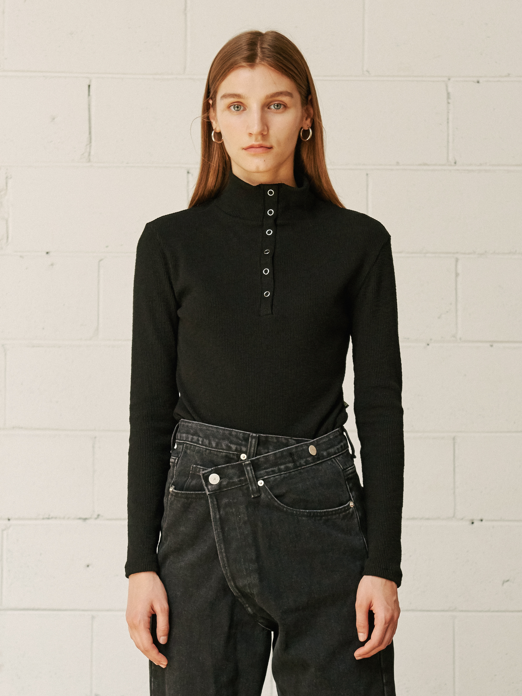 BUTTONED TURTLE NECK KNIT TOP (BLACK)